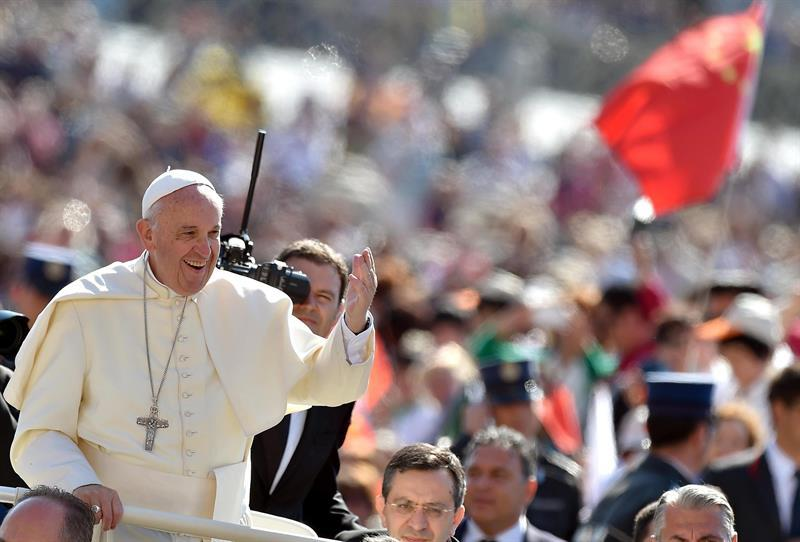 El padre de Leopoldo López y la hija de Antonio Ledezma saludan al papa