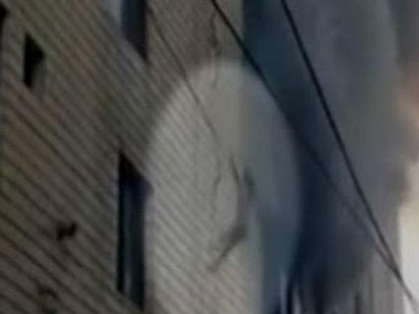 Mujer lanza a sus tres hijos desde un edificio para salvarlos de un incendio