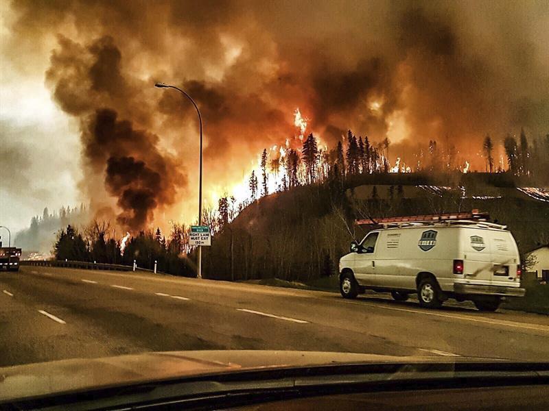 Incendio forestal desata emergencia en provincia canadiense y deja cerca de 90 mil evacuados