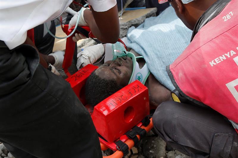 Rescatan con vida a una mujer tras 6 días bajo los escombros en Nairobi