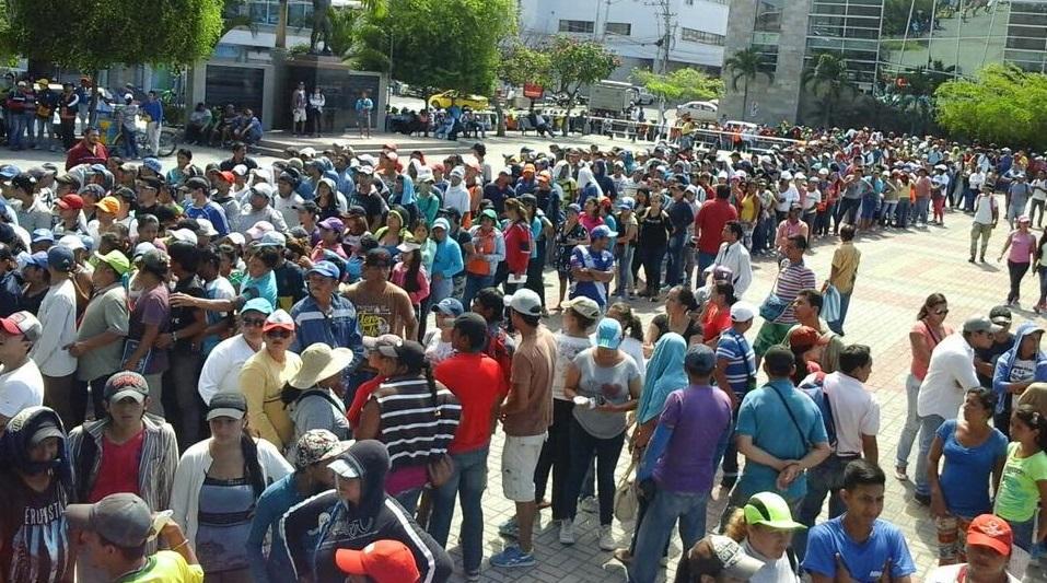 Cientos de personas realizan filas en Manta para conseguir trabajo