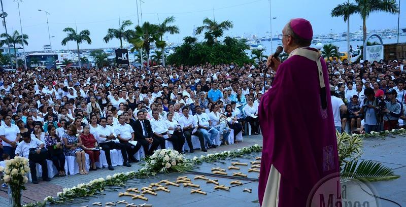 Manta. Cientos de personas asistieron a misa para recordar a víctimas del terremoto