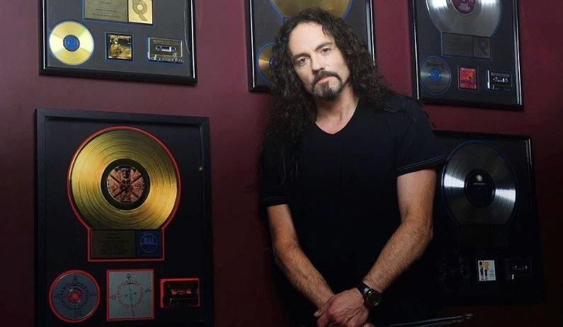 El baterista Nick Menza muere durante un concierto
