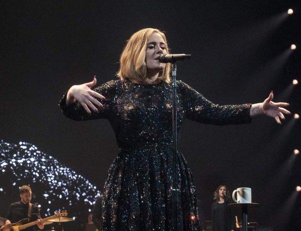 Adele negocia un contrato récord con la discográfica Sony