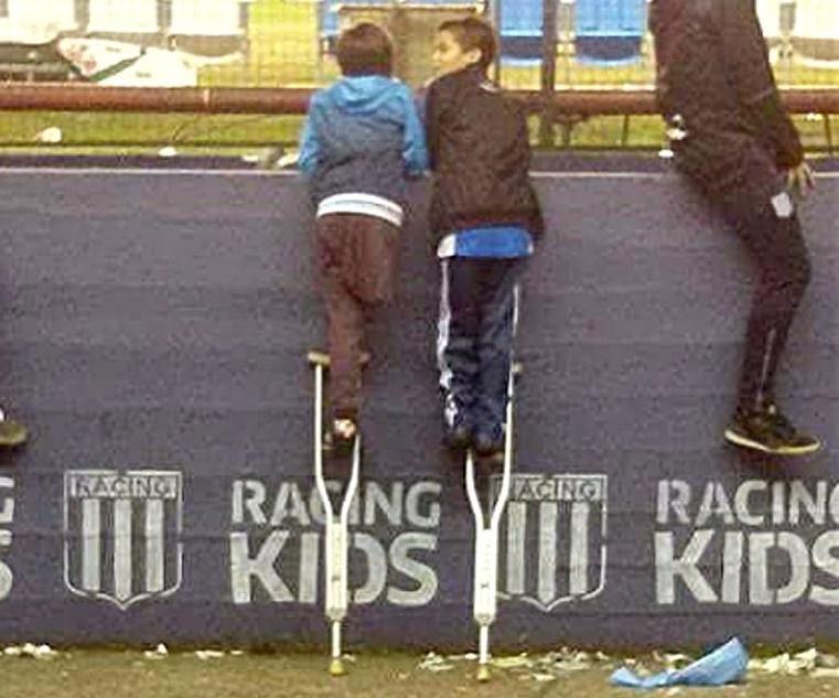 Niño prestó la muleta a su amigo para que viera a Milito y conmociona al mundo