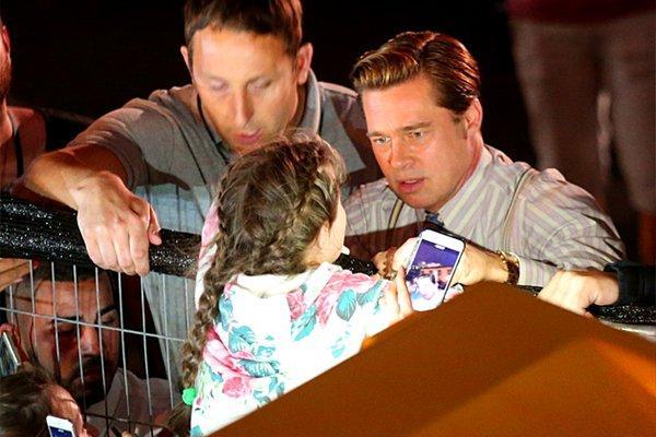 Brad Pitt rescata a una niña de una 'avalancha' de fans