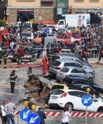 Un socavón se 'traga' 20 autos en el centro de Florencia [FOTOS]