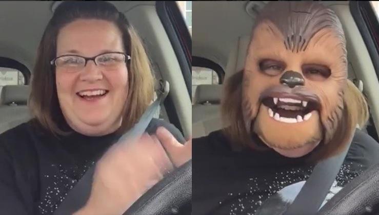 La 'muy risueña' mujer Chewbacca conoce al director de Star Wars y recorre Facebook