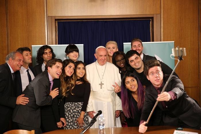 El papa se reúne con jóvenes 'youtubers' que quieren mejorar el mundo