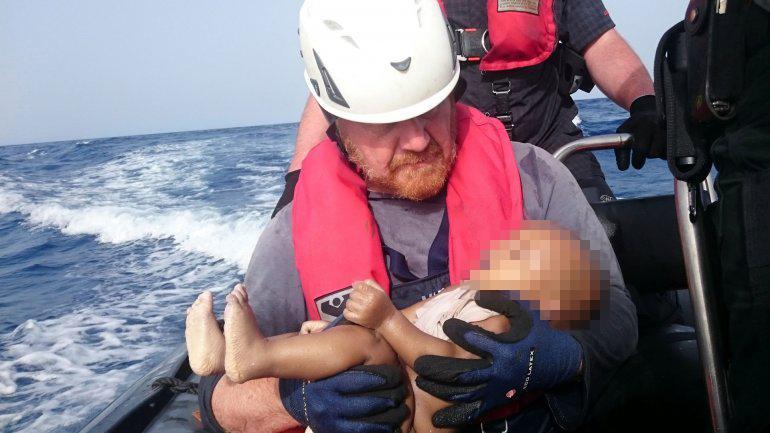 Foto de un rescatista con un bebé conmueve al mundo: 'Lo protegí como si estuviera vivo'