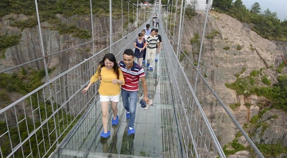 China completa el puente de cristal más largo del mundo: 393 metros