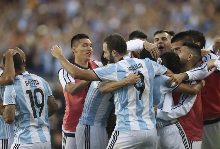 Argentina vence 2-0 a Chile en su debut de la Copa América Centenario