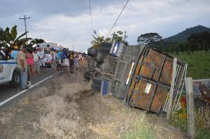 Camión se vuelca en Chone y deja a una persona herida