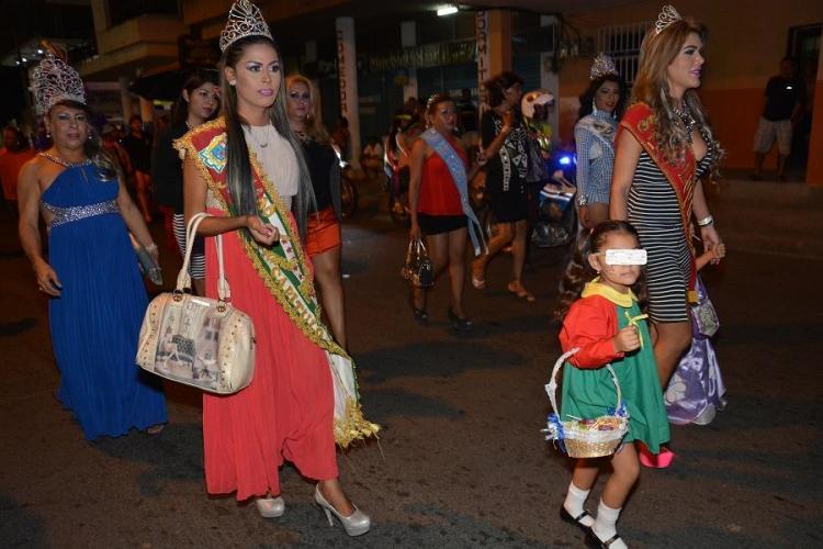 El desfile del Orgullo Gay se tomó varias calles de Manta