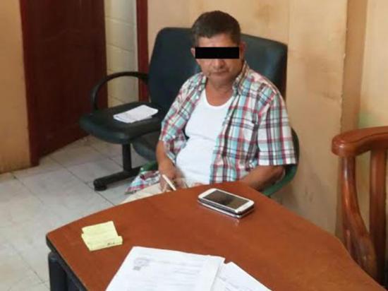 Capturan a un hombre con tres celulares de dudosa for Ministerio del interior ecuador telefonos
