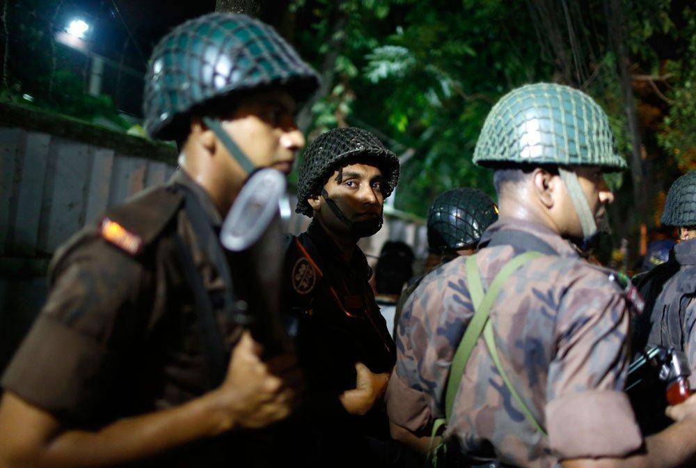 Hombres armados retienen al menos a 20 rehenes en restaurante de Bangladesh