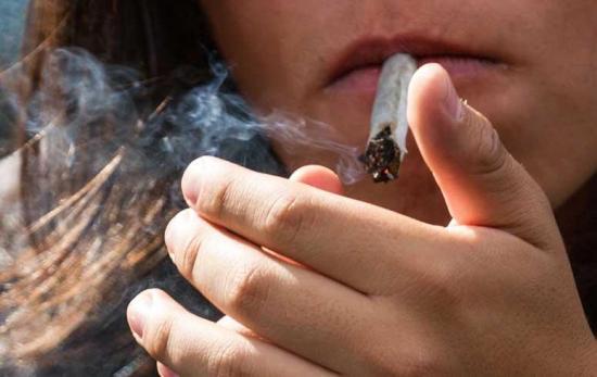 La marihuana daña el cerebro y supone riesgo de adicción, según un estudio