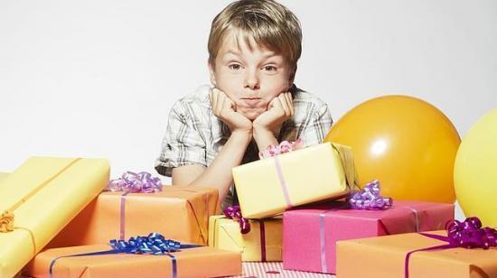 La práctica de dar obsequios a los hijos por cumplir con sus responsabilidades puede ser negativa