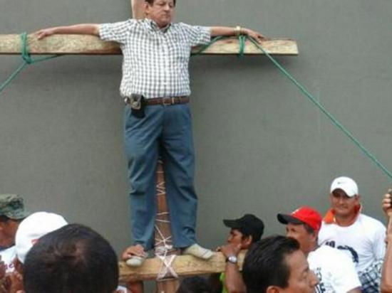 "Alcalde de Balzar se ""crucifica"" para que no lo destituyan del cargo"