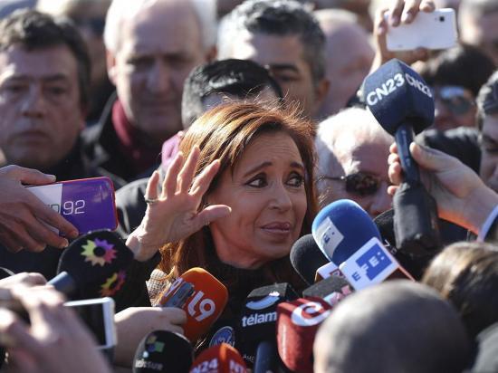 Bloquean las propiedades  de Cristina Fernández