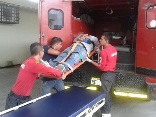 Hombre cae de su motocicleta luego de que un perro se le cruce en el camino en Portoviejo