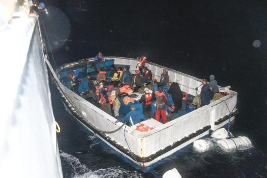 Rescatan a 20 ecuatorianos tras 16 horas de navegar a la deriva
