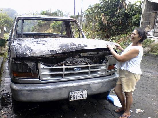 """Su carro queda destruido por """"misteriosas"""" llamas"""