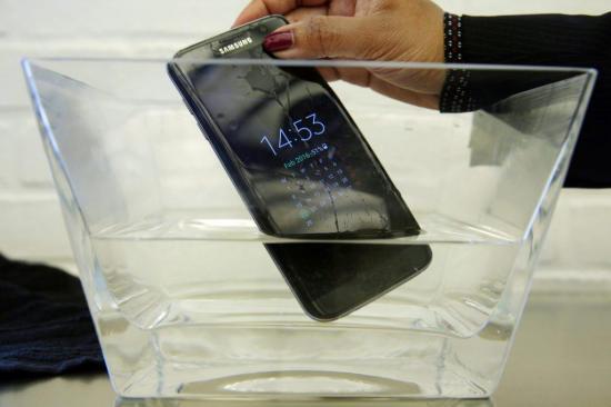 Un modelo del Samsung S7 no es resistente al agua como aseguró el fabricante