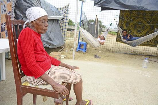 La ayuda escasea en los albergues informales de Manta