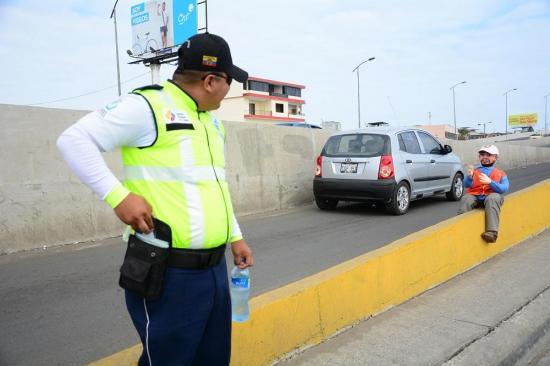 Conductores invaden, en contravía, el carril que sube a un puente