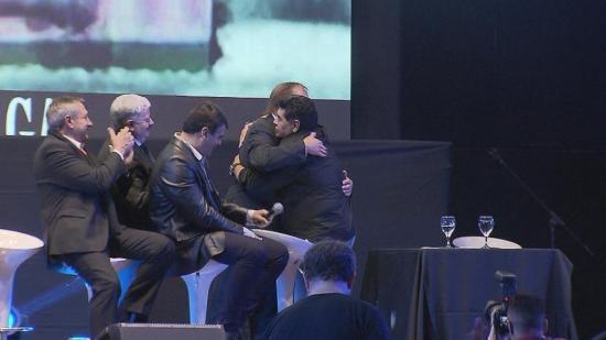 El emotivo abrazo de Maradona y Bilardo, el fin de una larga enemistad