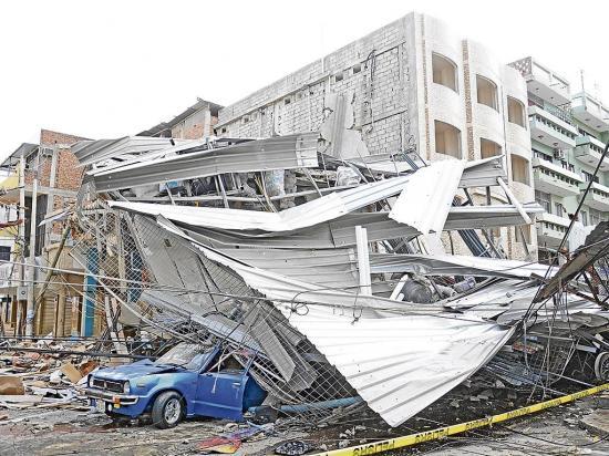 El terremoto destruyó algunos vehículos en Manta