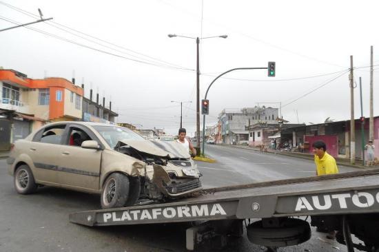 Choque entre bus y auto deja un herido