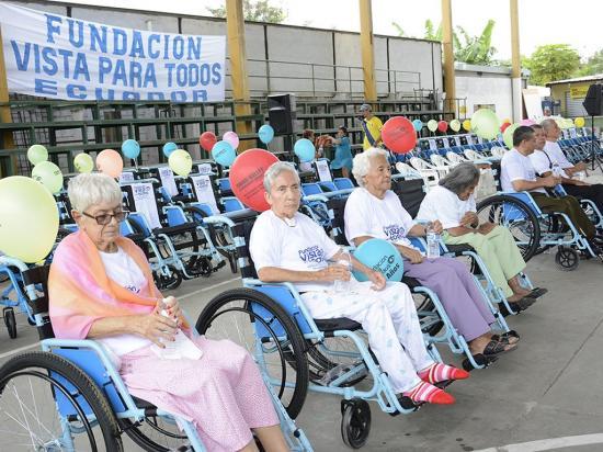 Fundación dona 250 pares de lentes y 80 sillas de ruedas