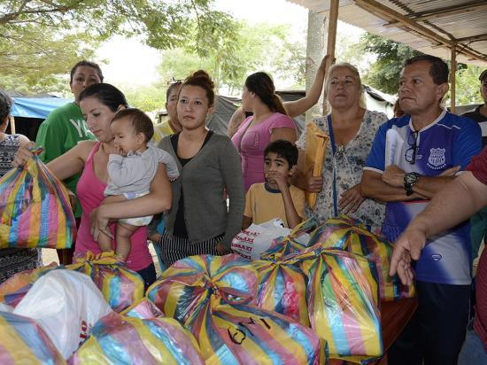 Los rotarios entregan  donaciones a albergados del parque Los Jazmines