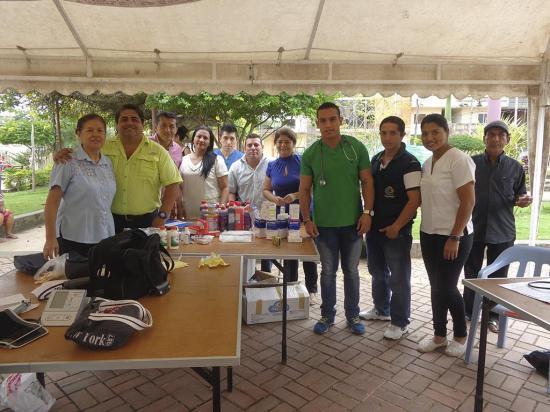 Voluntarios realizan una brigada médica