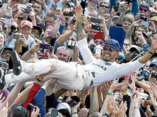 Hamilton  gana el Gran Premio Británico y acosa a Rosberg