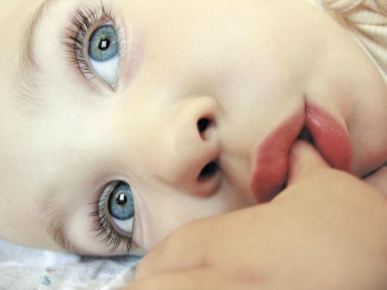 Los bebés que se chupan el dedo corren menos riesgos de desarrollar alergias