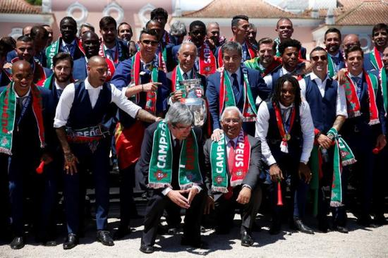 El presidente de Portugal condecora a la selección tras ganar la Eurocopa