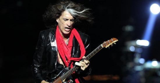 El guitarrista de Aerosmith es hospitalizado tras caerse en un concierto