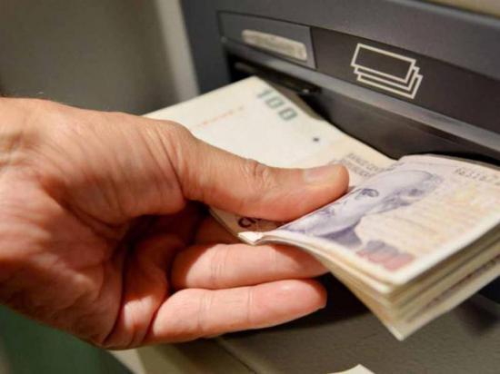 """Hackers logran que cajeros  automáticos """"escupan"""" miles de billetes"""