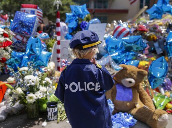 Obama busca rebajar la división racial en  ceremonia tras masacre