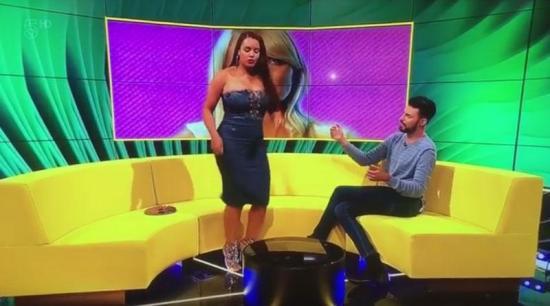 VÍDEO: Una participante de reality rompe su vestido en un programa en vivo