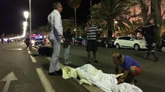 Cerca de 75 muertos al arremeter un camión contra una multitud en Niza