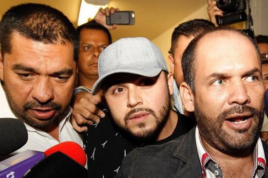 Emiten orden de arresto contra cantante mexicano por polémico video musical
