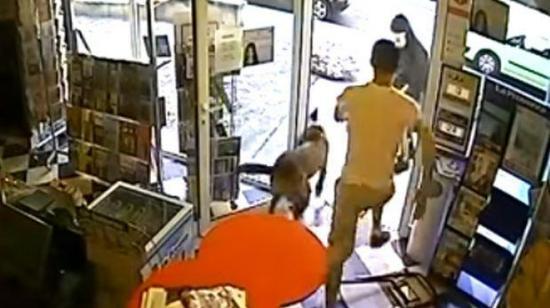 VÍDEO: Un perro frustra el asalto a la tienda de su dueño