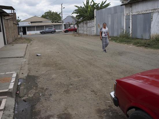 """Ni agua logra """"dormir"""" el polvo en la calle  Horacio Hidrovo V."""
