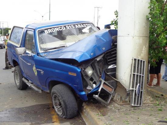 Herido al chocar contra valla publicitaria en Portoviejo