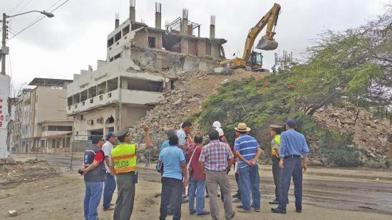 Continúan demoliciones en la 'zona cero' de Manta