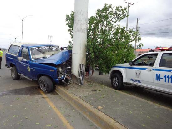 Automotor se impacta contra una valla